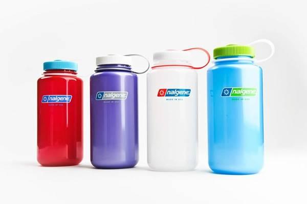 Mang theo chai nước riêng: Hãy mang theo một chai nhựa không, sau khi qua cửa an ninh mới đổ nước từ vòi có thể uống được. Nước uống đóng chai bán trong sân bay thường có giá cao hơn bình thường nhiều lần.