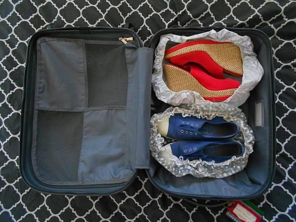 Để giày, dép trong mũ tắm: Cách này giúp quần áo tránh bị dính bẩn từ giày dép.