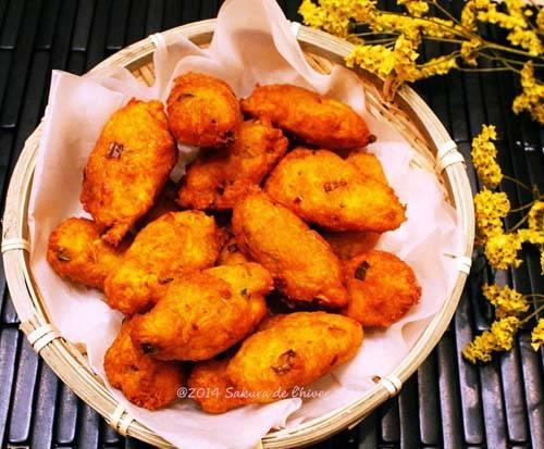 Bánh cay Bánh cay được làm từ củ sắn thái sợi, trộn lẫn các loại gia vị, rau răm và bột mì rồi cho lên chảo ngập dầu rán. Bánh có hình dáng nhỏ, cỡ đốt ngón tay cái; khi ăn có vị cay cay nên có cái tên như vậy. Một chiếc bánh cay có giá chỉ 500 -1.000 đồng tùy kích cỡ. Ảnh: 3.bp.blogspot