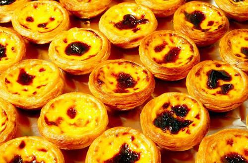 Bánh trứng  Đây là loại bánh nướng nhân hoa quả nguồn gốc từ Bồ Đào Nha nhưng nếu ăn phiên bản của Macau bạn sẽ cảm nhận được sự thơm ngon khác biệt. Những chiếc bánh nhỏ xinh này là món khoái khẩu của nhiều dân địa phương cũng như du khách khi đến Macau. Bánh thơm bơ vừa bông mềm bên trong vừa giòn ngọt bên ngoài. Chắc chắn bạn sẽ không thể ngừng ăn ở chiếc đầu tiên. Địa chỉ gợi ý: Tiệm bánh Lord Stow, số 1 Rua do Tassara, làng Coloane.