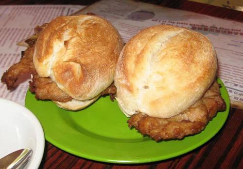Bánh mì kẹp thịt lợn Món này gồm một miếng thịt kẹp bên trong chiếc bánh mì dày nhỏ, rất được người dân địa phương yêu thích. Bạn cũng sẽ bị cuốn hút vào hương vị của nó, khi cắn một miếng là cảm nhận được miếng thịt ngon mềm, không quá khô dù nằm giữa lớp bánh mì dày. Địa chỉ gợi ý: quán cà phê Tai Lei Loi Kei, số 18, Largo Governador Tamagnnini Barbosa.
