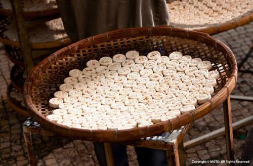 Bánh quy quả hạnh Nếu bạn cần một lượng đường lớn khi đi du lịch, Macau có loại bánh quy quả hạnh rất thích hợp. Vừa cho vào miệng, bánh tan ra và hương vị như bừng nở. Địa chỉ gợi ý: Tiệm bánh Choi Heong Yuen hoặc Koi Kei.