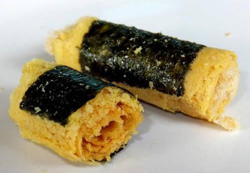 Rong biển cuộn ruốc thịt Rong biển, ruốc (làm từ thịt lợn) và trứng tuy không phải sự kết hợp điển hình trong ẩm thực nhưng 3 nguyên liệu này qua bàn tay người Macau lại trở thành một món ăn ngon. Những miếng rong biển cuộn ruốc này ăn vào vừa miệng, như một loại snack. Không những được nhiều người ưa thích và phổ biến ở địa phương, rong biển cuộn ruốc thịt còn được xuất khẩu đi các nơi khác. Địa chỉ gợi ý: Tiệm bánh Choi Heong Yuen hoặc Koi Kei.