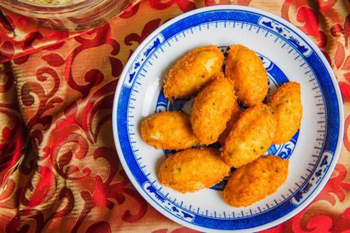 Bacalhau  Bacalhau làm từ cá tuyết muối, một trong những món hải sản được yêu thích nhất ở Bồ Đào Nha. Hiện nay, Bacalhau du nhập sang và cũng được người dân Macau ưa chuộng. Món ăn này có thể làm bằng nhiều cách khác nhau nhưng phổ biến nhất là vo thành viên nhỏ và chiên lên, ăn giống như một dạng snack. Mỗi nhà hàng lại có một cách chế biến khác nhau. Địa chỉ gợi ý: Quán Ou Mun, số 12 Travessa do S. Domingos