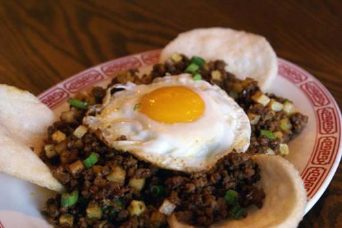 """Minchi Tên món ăn này xuất phát từ chữ """"Minced"""" trong tiếng Anh (nghĩa là bằm, trong thịt bằm). Minchi là món ăn khá đơn giản gồm thịt lợn hoặc bò băm nhỏ, nêm gia vị và cho thêm mật và sốt đậu nành, ăn cùng với cơm. Thịt có thể thêm hoặc thay thế bằng các loại rau, cá đều được. Địa chỉ gợi ý: Nhà hàng Litoral, số 261-A Rua do Almiirante Sergio."""