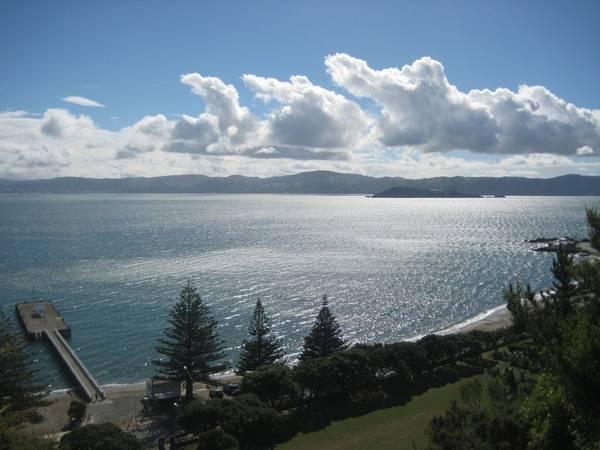 1. New Zealand: Có lẽ không ai đến đây mà không đem lòng yêu mến đất nước này ngay lập tức. Được thiên nhiên ưu ái với những cánh rừng từ thời tiền sử, những bãi biển rộng mênh mông, những đỉnh núi tuyết trắng và các dòng suối nước nóng quý giá, New Zealand còn có nền văn hóa độc đáo với sự chung sống của người Maori và người châu Âu. Mảnh đất nam bán cầu này còn rất dễ để đi du lịch do có cơ sở hạ tầng phát triển và chất lượng dịch vụ cao. Nền ẩm thực của New Zealand cũng làm cho du khách hài lòng.