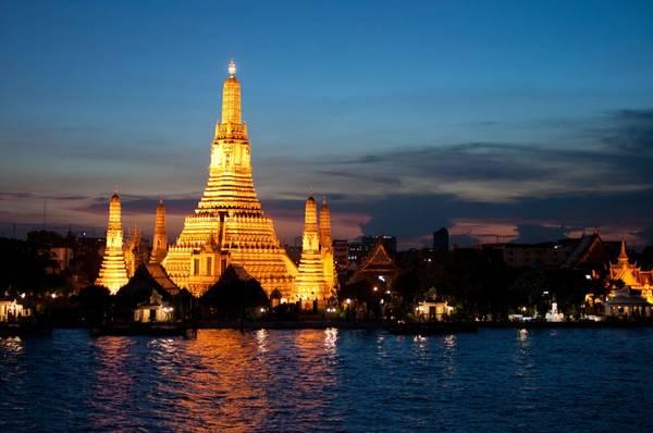 4. Thái Lan: Đây là một trong những điểm du lịch nổi tiếng nhất Đông Nam Á. Từ những ngôi chùa Phật giáo đến những hòn đảo hoang sơ hay các công viên quốc gia, Thái Lan có đa dạng các loại hình du lịch cho du khách lựa chọn. Trong khi đó, Bangkok là thiên đường mua sắm nhộn nhịp đối lập với những ngôi làng yên bình bên sườn đồi ở các tỉnh. Đồ ăn Thái Lan cũng rất độc đáo và phù hợp túi tiền của mọi du khách.
