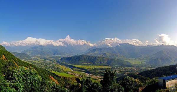 5. Nepal: Quốc gia nhỏ bé nằm ở dãy Himalaya kẹt giữa hai người hàng xóm khổng lồ là Ấn Độ và Trung Quốc, nhưng lại mang vẻ độc đáo riêng. Đây là một trong những nơi lý tưởng nhất thế giới cho việc leo núi. 8/10 ngọn núi cao nhất thế giới nằm ở Nepal. Du lịch mạo hiểm như chèo bè và dù lượn. Ngoài ra, thủ đô Kathmandu có hàng nghìn ngôi đền chùa cả Phật giáo lẫn Hindu cho du khách khám phá.