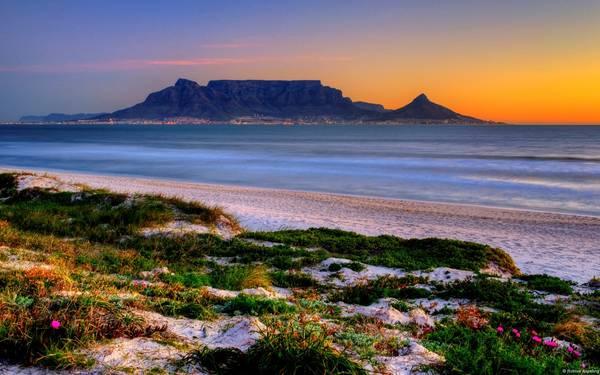 6. Nam Phi: Nam Phi rộng lớn, đa dạng và tuyệt đẹp, đây là trung tâm văn hóa của châu Phi. Cape Town và Johannesburg liên tục được xếp hạng là những thành phố tốt nhất cho du khách. Núi Table và vịnh Table là những điểm đến không thể bỏ qua khi tới Nam Phi, chưa kể những cánh đồng nho bạt ngàn ở Franschhoek. Các công viên quốc gia Kruger và Addo Elephent là nơi cho du khách tìm hiểu đời sống động vật hoang dã.