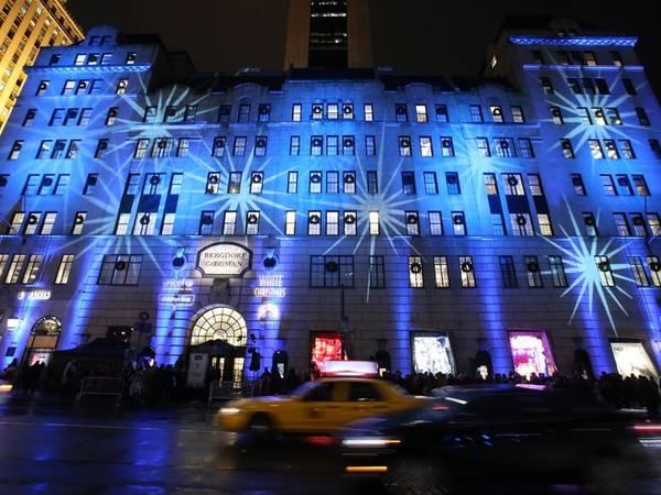 Mua sắm ở đại lộ 5: Đại lộ số 5 có những cửa hàng sang trọng bậc nhất thế giới, với nhiều nhãn hiệu danh tiếng, từ Tommy Hilfiger tới Tiffany. Hãy khởi hành từ thư viện công cộng New York, kết thúc chuyến mua sắm ở Bergdorf Goodman và một ly champagne ở nhà hàng Kelly Wearstler.