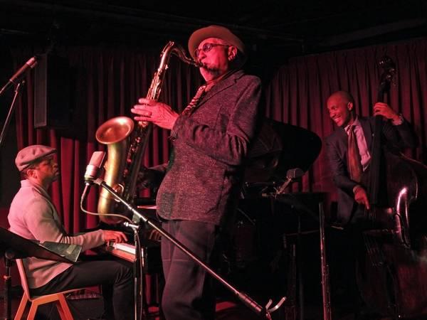 Nghe nhạc jazz ở Village Vanguard; Một số bài hát nổi tiếng trong lịch sử nhạc jazz của các huyền thoại như Miles Davis, Bill Evans, John Coltrane và Sonny Rollins được ghi âm ở đây. Ngày nay, nơi này là một trong những điểm tham quan tuyệt vời nhất thế giới để bạn thưởng thức giọng ca của các tài năng nhạc jazz.