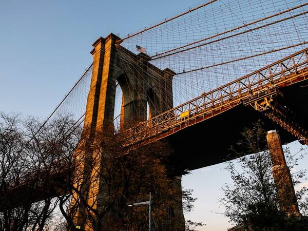 Đi dạo trên cầu Brooklyn: Cây cầu biểu tượng này khá đông khách tham quan, nhưng vẫn sẽ đem lại cho bạn một trải nghiệm tuyệt vời. Để có thể ngắm nhìn chân trời lộng lẫy, du khách nên đi từ phía Brooklyn tới Manhattan và nên tới đây vào sáng sớm hoặc tối muộn để tránh đám đông.