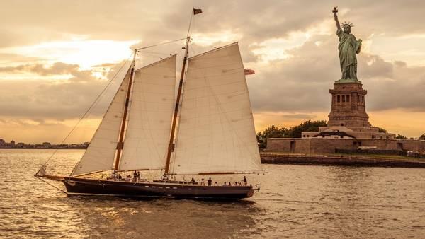 <strong>Đi thuyền trên cảng New York:</strong> Chẳng còn gì tuyệt bằng được chiêm ngưỡng thành phố khổng lồ này từ bến cảng trên một con thuyền buồm.