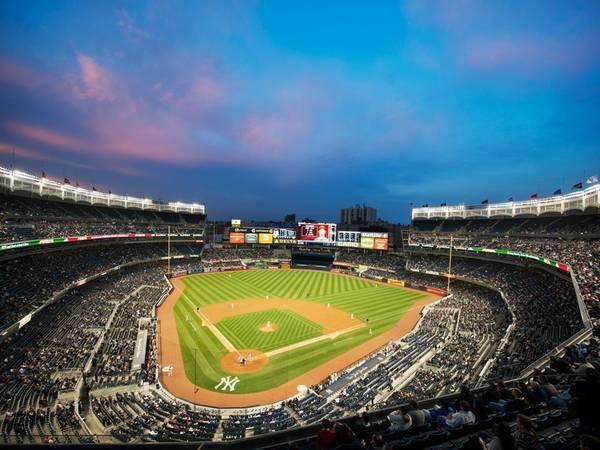 <strong>Trải nghiệm không khí ở sân vận động Yankee:</strong> Yankee là một sân vận động rộng lớn với kiến trúc tuyệt đẹp và các món đồ lưu niệm độc đáo. Du khách có thể đi tàu điện ngầm tới đây.