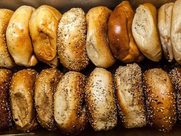 Ăn bánh mì New York: New York nổi tiếng với bánh mì nóng hổi vừa ra lò, chắc và dai. Do đó, bạn đừng bỏ lỡ cơ hội nếm thử món bánh ngon tuyệt này.
