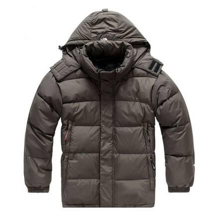 Một chiếc áo khoác chống thấm nước sẽ giúp bạn di chuyển dễ dàng hơn. Ảnh: Aliexpress.