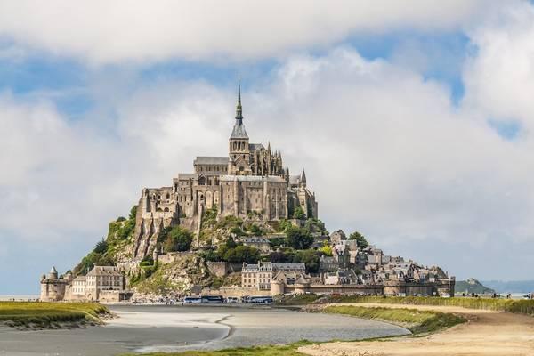 1. Normandy, Pháp: Ngoài khung cảnh và kiến trúc đẹp như trong cổ tích, Normandy còn là nơi xuất phát của Tour de France 2016 và nơi tổ chức lễ hội Triannual Impressionist, đem lại màu sắc văn hóa đặc trưng cho vùng.