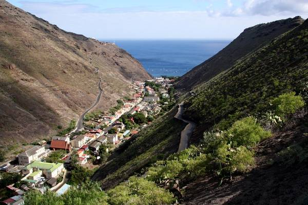 14. St. Helena, Lãnh thổ hải ngoại thuộc Anh: Hòn đảo xinh đẹp này giống như một thiên đường trú ẩn nơi hạ giới. Du khách chỉ có thể tới đây bằng máy bay. St. Helena là nơi lý tưởng cho những ai muốn có một kỳ nghỉ bình yên, tĩnh lặng.