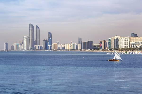 15. Abu Dhabi, Các Tiểu vương quốc Ả Rập thống nhất: Nếu bạn muốn trải nghiệm sự xa hoa và phiêu lưu, Abu Dhabi là điểm đến không thể bỏ qua cho 2016. Nơi này vừa có không gian đô thị hiện đại, vừa có những nét di tích của lịch sử cổ xưa. Thành phố có nhiều thánh đường Hồi giáo lộng lẫy, các bảo tàng ấn tượng và nhiều hoạt động giải trí hấp dẫn.