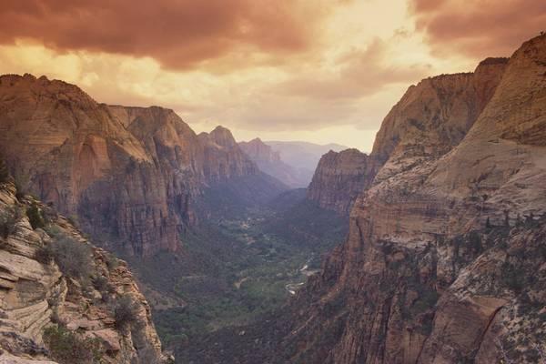 3. Công viên Zion, Utah, Mỹ: Tạp chí Fodor bình chọn Utah là điểm đến hàng đầu thế giới năm 2016, và chỉ cần nhìn qua công viên Zion là bạn sẽ biết tại sao. Khung cảnh độc đáo của Utah có từ những đỉnh núi phủ tuyết tới bãi biển cát mịn. Tới đây vào bất cứ thời điểm nào trong năm, bạn cũng sẽ có một chuyến thám hiểm để đời.