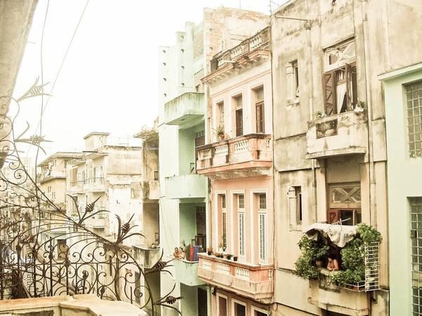 5. Havana, Cuba: Sau khi lệnh cấm vận được nới lỏng, ngành công nghiệp du lịch của Cuba phát triển mạnh, cho du khách mê sự sang trọng và phiêu lưu cơ hội khám phá thủ đô ấn tượng Havana. Không phải nói nhiều về độ ngon của ẩm thực Cuba, còn bầu trời sao buổi đêm trong vắt và những bãi biển đẹp như thiên đường.