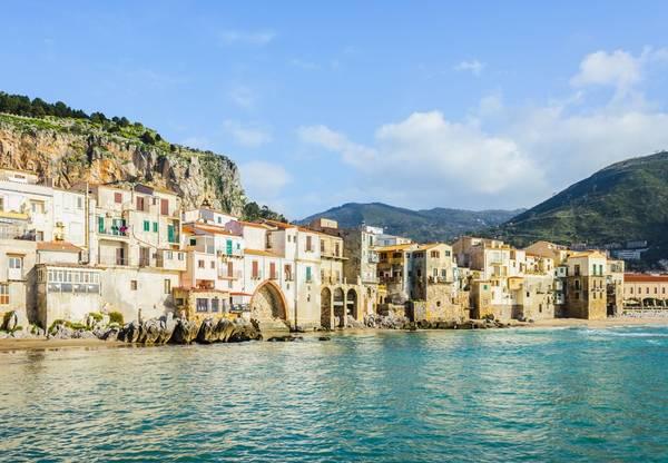 8. Sicily, Italy: Vẻ đẹp của vùng Địa Trung Hải và nền văn hóa thâm trầm khiến Sicily là nơi nghỉ dưỡng hoàn hảo cho năm 2016. Gần đây, Sicily còn nổi tiếng nhờ rượu vang và những vườn nho ngon tuyệt.