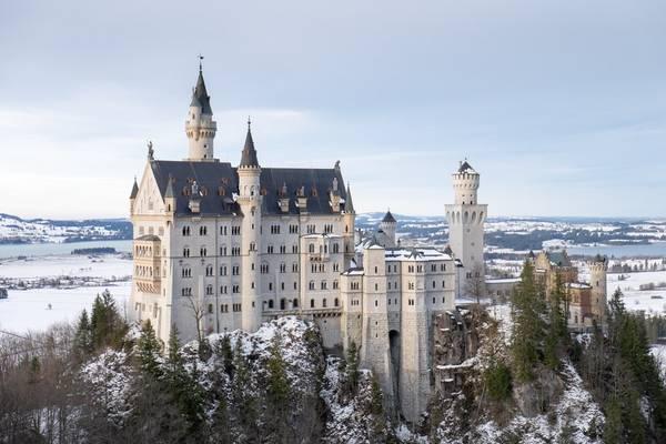 9. Bavaria, Đức: Thời điểm lý tưởng nhất để tới Bavaria là mùa thu, lúc diễn ra lễ hội Oktoberfest. Đặc biệt, năm 2016 sẽ là kỷ niệm 500 năm luật bia tinh khiết của Đức, với nhiều sự kiện hấp dẫn. Ngoài ra, khu vực lịch sử này còn có những ngọn núi tuyệt đẹp và các lâu đài kỳ diệu, đáng để khám phá vào bất cứ tháng nào trong năm.