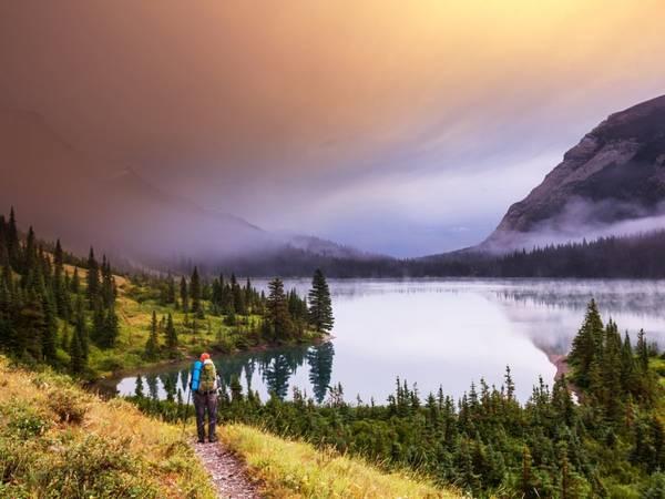Montana: Công viên quốc gia Glacier nổi tiếng với những đỉnh núi hiểm trở, rừng nguyên sinh, các thung lũng hình thành từ sông băng, đồng cỏ hoang sơ và làn nước trong vắt. Đây là thiên đường cho những người yêu thích đi bộ và leo núi, với tuyến đường mòn dài hơn 1.100 km.