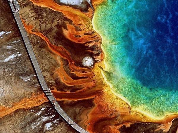 Wyoming: Suối Grand Prismatic trong công viên quốc gia Yellowstone có màu sắc rực rỡ nhờ các loại vi khuẩn.