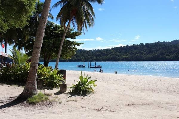 Bãi biển trên đảo Beras Basah.