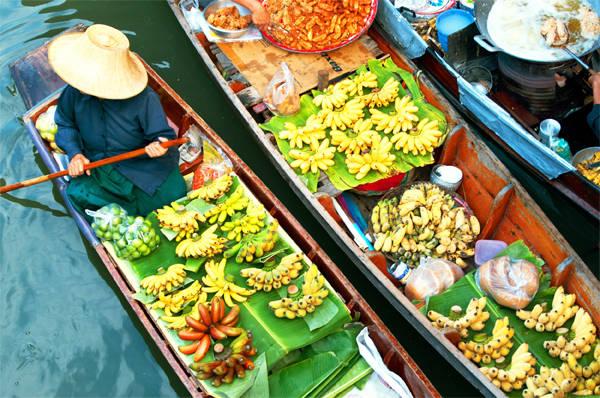 Chợ nổi Khlong Lat Mayom cũng giống như ở miền Tây Việt Nam, tuy nhiên bạn cũng nên ghé qua để khám phá nhé.