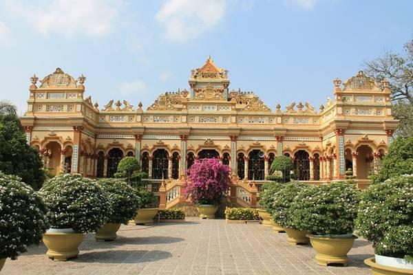 Chùa Vĩnh Tràng mang lối kiến trúc Á - Âu đặc sắc. Ảnh: Phước Bình.