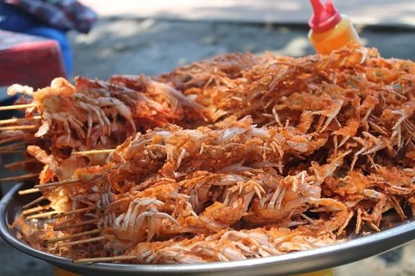 Thưởng thức hải sản bên những mái chòi tranh cạnh bãi biển 30/4. Ảnh: Phước Bình.