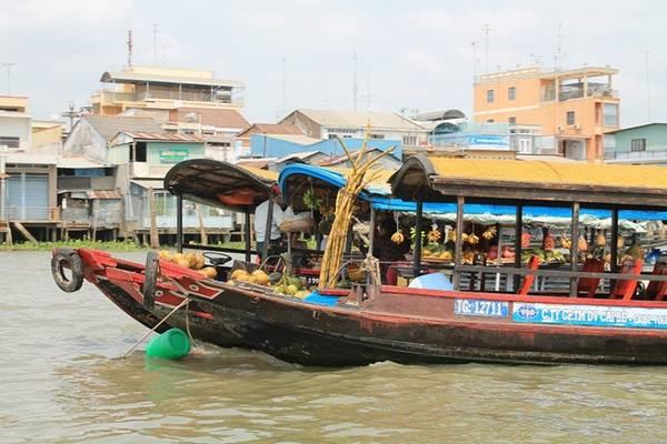 Đến chợ nổi Cái Bè, bạn không chỉ được trải nghiệm cảnh mua bán miền sông nước mà còn có thể thưởng thức trái cây, hủ tiếu… giữa lòng sông. Ảnh: Phước Bình.