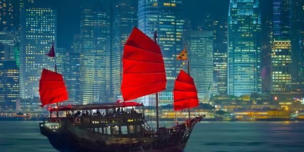 Coi Hong Kong như một điểm nghỉ chân: Bạn tới đây chỉ để thực hiện những điều điển hình như ngắm cảnh từ đỉnh Victoria, thử cocktail ở Ozone, đi cáp treo lên Tượng Đại Phật Thiên Tân, hay mua vài món ăn vặt ở chợ đêm phố đền... trong dịp cuối tuần? Thật đáng tiếc, Hong Kong có nhiều điều hấp dẫn hơn thế. Dành một tuần ở đây, bạn sẽ có trải nghiệm tuyệt vời trên các cung đường leo núi, thăm thú những hòn đảo tuyệt đẹp và khám phá nền ẩm thực độc đáo. Ảnh: Cmxhub.