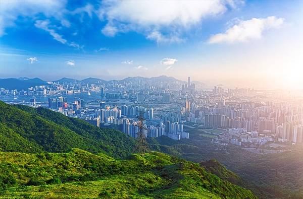 Chọn sai thời điểm trong năm: Mùa hè ở Hong Kong rất nóng, oi bức và thường xuyên có bão. Du khách nên tới đây vào khoảng từ tháng 9 năm trước tới tháng 3 năm sau, khi trời xanh trong, có nhiều hoạt động ngoài trời, các lễ hội ẩm thực và âm nhạc. Đồng thời, nếu không muốn gặp phải tình trạng quá đông người và giá khách sạn tăng vọt, bạn nên tránh dịp tổ chức chương trình Art Basel (24-26/3/2016) và giải Hong Kong Rugby Sevens (8-10/4/2016). Ảnh: Hong-kong-hotels.