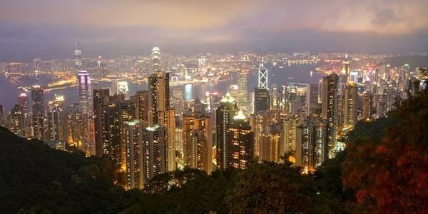 Trả tiền để vào đài quan sát trên cao: Bạn có thể ngắm nhìn thành phố lộng lẫy về đêm từ đỉnh Victoria, chỉ tốn 3,6 USD cho tuyến tàu điện chiều đi và thong dong tản bộ chiều về. Tuy nhiên, nhiều người tin rằng cách tốt nhất để chiêm ngưỡng Hong Kong về đêm là từ đài quan sát Sky Terrace 428, với giá vé 11 USD. Trong khi đó, bạn hoàn toàn có thể làm điều tương tự ở đài quan sát miễn phí trên trung tâm mua sắm The Peak Galleria. Ảnh: Accesschinatours.