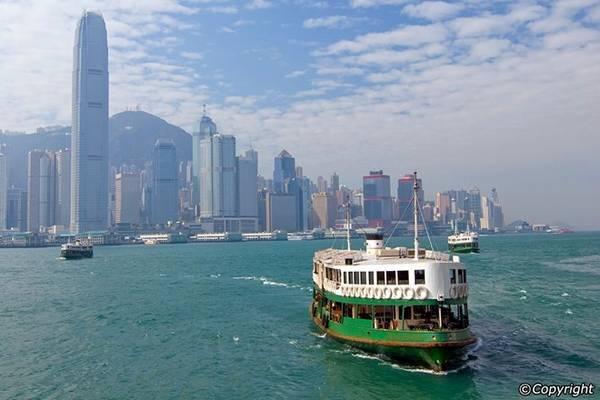Đi phà Star vào giờ cao điểm: Đội tàu của Star Ferry đã hoạt động trên cảng Victoria từ năm 1880 và là một trong những phương tiện được du khách yêu thích nhất. Bạn nên tránh khoảng 8h-9h30 và 18h-19h nếu không muốn phải chen chúc với hàng nghìn người. Ảnh: Hong-kong-hotels.