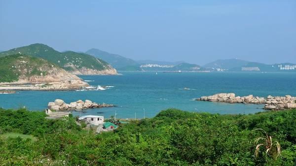 Chỉ ở đảo chính Hong Kong: Khu vực này còn có hơn 260 hòn đảo, trong đó nhiều đảo có thể tiếp cận bằng phà với chi phí không quá đắt đỏ. Mỗi đảo sẽ đem lại cho du khách một trải nghiệm khác biệt: đảo Nam Nha với các bãi biển tuyệt đẹp, bình yên; đảo Bình Châu là nơi có đồi Finger và đền Bảy Cô; đảo Trường Châu với hải sản ngon tuyệt. Ảnh: Randomwire.