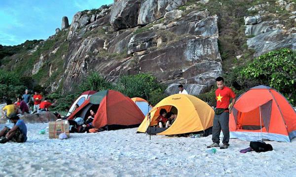 Cắm trại qua đêm ở bãi Rạng. Ảnh: daoducquan.