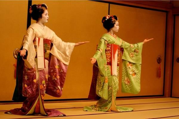 1. Xem geisha hay maiko biểu diễn: Là biểu tượng của vẻ đẹp và sự tinh tế, các geisha biểu diễn các điệu múa truyền thống, được ca ngợi trong thơ ca của Nhật Bản. Họ được đào tạo nghệ thuật pha trà, làm thơ và viết thư pháp. Nghề geisha phát triển rực rỡ từ cuối thế kỷ 18 tới Thế chiến II, khi phụ nữ phải tới làm việc ở nhà máy để phục vụ chiến tranh. Ảnh: Germmagazine.