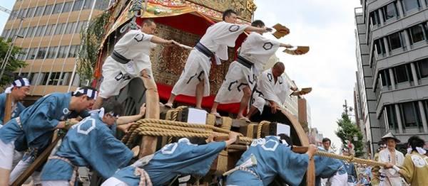 6. Trải nghiệm lễ hội của đạo Shinto: Đạo Shinto truyền thống dựa trên tục thờ cúng tổ tiên là một phần không thể thiếu trong cuộc sống thường ngày của người Nhật. Các tín đồ tôn thờ tự nhiên, do đó bạn sẽ thấy các lễ hội cầu mùa màng bội thu vào mùa xuân và lễ thu hoạch vào mùa thu. Đừng bỏ qua những lễ hội được nhiều người yêu thích như Kanamara Phallus và Gion (Kyoto). Ảnh: Nippon.