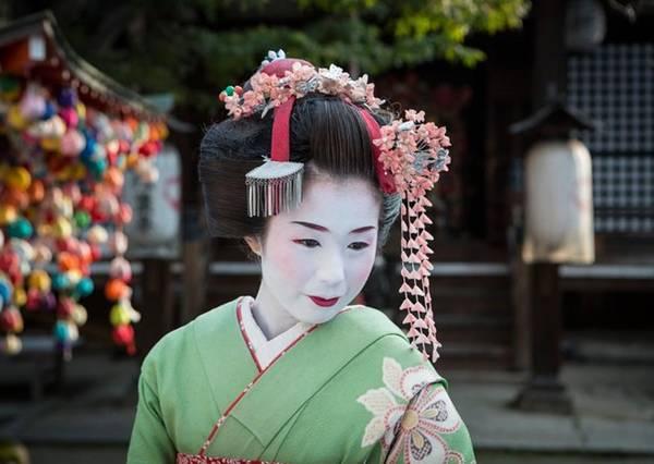 Du khách có thể xem các buổi biểu diễn miễn phí vào một số thời điểm trong năm. Bình thường, giá vé cũng khá dễ chịu, đắt nhất khoảng 4.500 yên (37 USD), gồm cả một buổi tiệc trà với maiko (geisha tập sự) trước giờ trình diễn. Ảnh: Daily Mail.