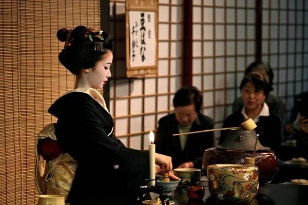Tokyo có các buổi biểu diễn này vào dịp mùa xuân hoặc mùa thu, cùng tiệc trà thường niên ở đền Kitano Tenmangu vào ngày 25/2. Trong tiệc trà, các geisha và maiko sẽ phục vụ hơn 3.000 khách tới ngắm hoa mận. Họ cũng phục vụ bia vào mùa hè ở rạp hát Kamishichiken Kaburenjo. Gion Shinmonso Ryokan cũng có vườn bia geisha với các điệu múa truyền thống vào buổi tối. Ảnh: Mcisf.