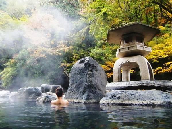 3. Ngâm mình trong suối nước nóng: Tắm suối nước nóng là một truyền thống ở Nhật Bản, nhờ địa hình núi lửa dẫn tới việc hình thành nhiều suối tự nhiên. Ảnh: Japanistas.