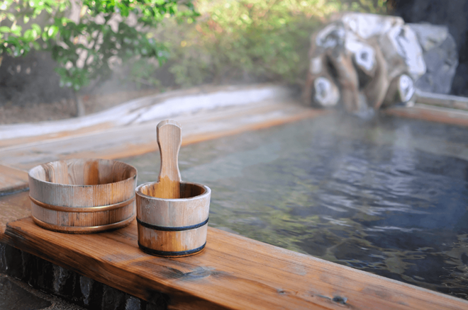 Nhiều gia đình thường đi nghỉ ở các khu suối nước nóng như ở Atami, nơi bạn có thể nghỉ qua đêm và thăm thú nhiều suối nước nóng quanh vùng. Ảnh: Macaronmagazine.