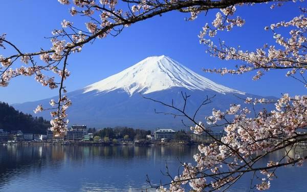 Núi Phú Sĩ  Là biểu tượng của đất nước Nhật Bản, đỉnh Phú Sĩ cao 3.776 m là thử thách chinh phục cho nhiều nhà leo núi từ khắp nơi trên thế giới. Ngọn núi quanh năm tuyết phủ này chỉ mở cửa cho du khách từ tháng 7 đến trung tuần tháng 9. Ảnh: hdwallpapersnew
