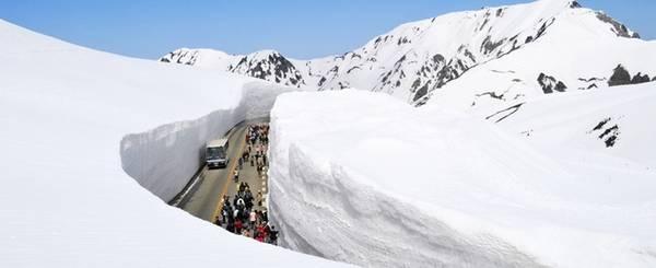 Alps Nhật Bản Alps Nhật Bản là tên gọi chung cho 3 dãy núi trên đảo Honshu với khung cảnh tuyết phủ trắng xóa khi mùa đông tới. Bạn có thể đi dạo quanh thung lũng Kamikochi hoặc chinh phục những sườn núi khó khăn hơn như Yarigatake (3.180 m) hay Hotakadake (3.190 m). Ảnh: alpen route