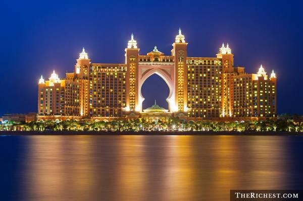 Nghỉ dưỡng ở Atlantis: Nằm trên đảo nhân tạo The Palm, khu nghỉ dưỡng Atlantis có đầy đủ cơ sở vật chất và dịch vụ để bạn có thể ở đây cả tháng mà không biết chán. Du khách sẽ có cơ hội bơi cùng cá heo, khám phá bể thủy sinh khổng lồ, đi thuyền, thư giãn ở Spa, tập gym, chơi tennis và tham gia nhiều hoạt động thú vị khác.
