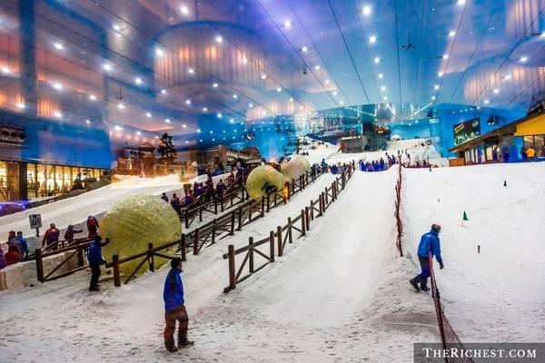 Trượt tuyết ở Mall Of The Emirates: Ski Dubai là khu trượt tuyết trong nhà lớn nhất thế giới, với diện tích lên tới 22.500 m2, với đầy đủ sườn dốc, cáp treo. Du khách có thể thỏa thích chơi đùa trên tuyết giữa một vùng đất sa mạc.